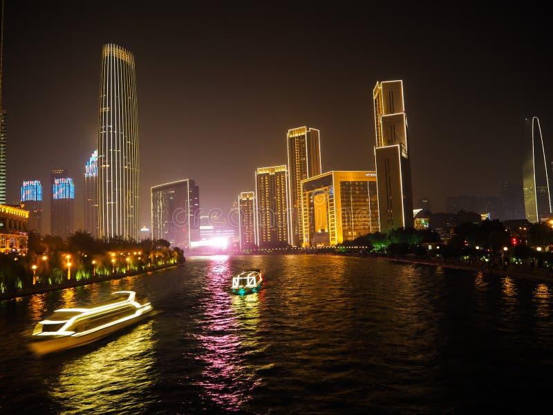 Veerboten op de Hai-rivier in Tianjin bij nacht royalty-vrije stock afbeelding