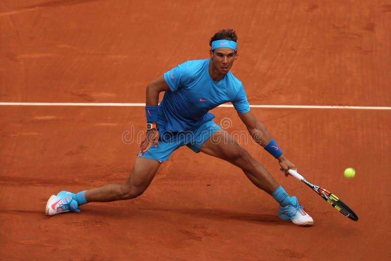 Veertien keer Grote Slagkampioen Rafael Nadal in actie tijdens zijn derde ronde gelijke in Roland Garros 2015 stock afbeeldingen