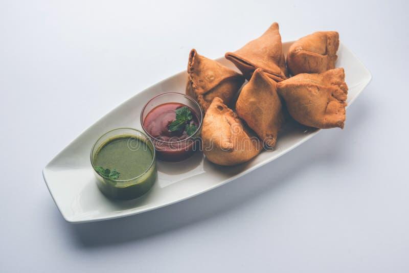 Veg Samosa è un pakora di forma del triangolo farcito con il sabji di Aloo fotografia stock