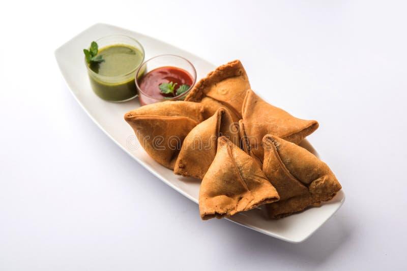 Veg Samosa è un pakora di forma del triangolo farcito con il sabji di Aloo immagini stock libere da diritti