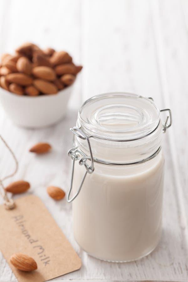 Vegan гайки молока миндалины питье органического здорового вегетарианское стоковые фотографии rf