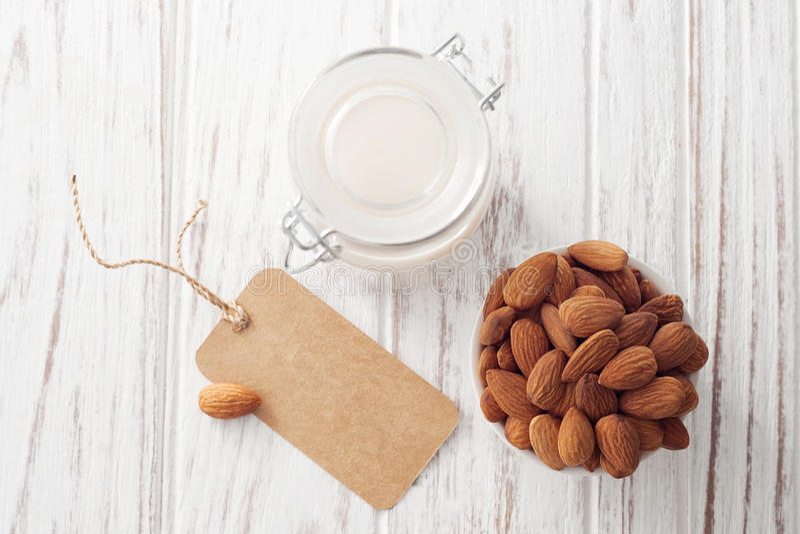 Vegan гайки молока миндалины питье органического здорового вегетарианское стоковые изображения rf