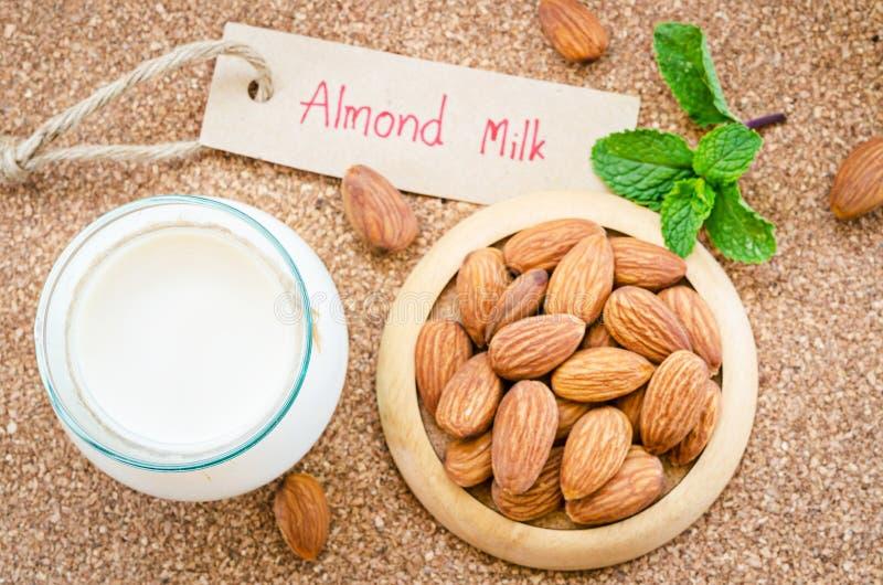 Vegan гайки молока миндалины питье органического здорового вегетарианское стоковая фотография