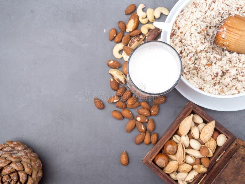 Γάλα Vegan από τα καρύδια στο γυαλί με τα διάφορα καρύδια Οργανικός υγιής vegan χορτοφάγος πρόχειρων φαγητών στοκ φωτογραφία με δικαίωμα ελεύθερης χρήσης