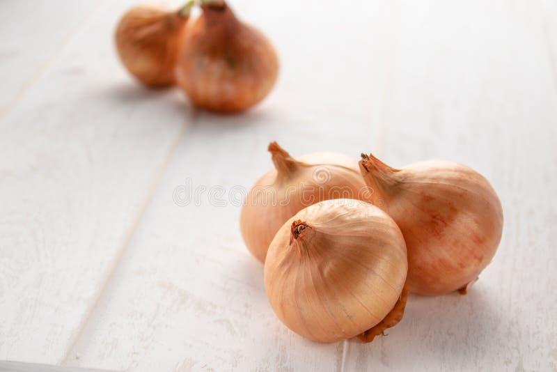 Свежие луки на деревянной предпосылке Овощи для здорового питания r стоковые изображения rf