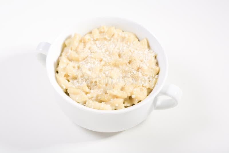 Vegan-Makkaroni und Käse auf Weiß lizenzfreie stockfotos