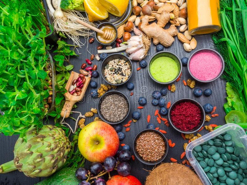 Диета и питание, концепция образа жизни vegan superfood органическая здоровая Земные планшеты водорослей spirulina или таблетки и стоковое изображение