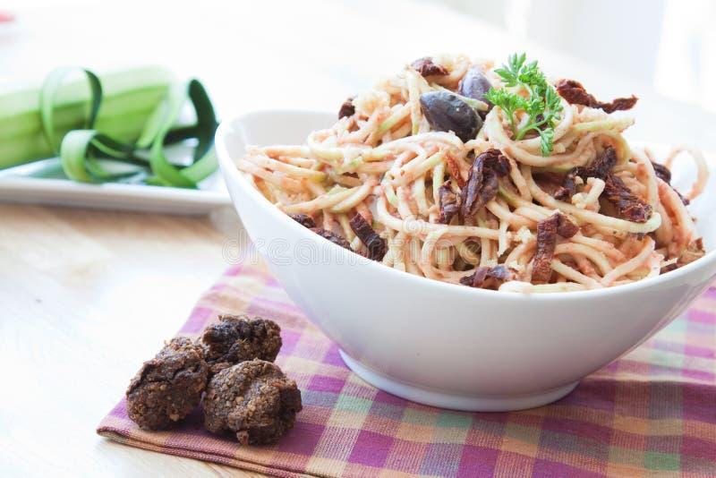 Vegan-Zucchini-Nudeln stockfotografie