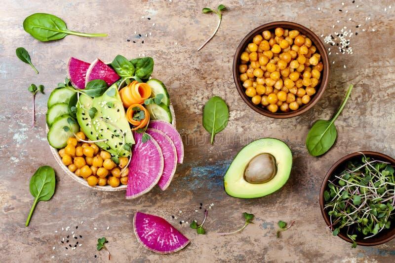 Veganist, detox de komrecept van Boedha met avocado, wortelen, spinazie, kekers en radijzen De hoogste vlakke mening, legt, kopie stock afbeelding