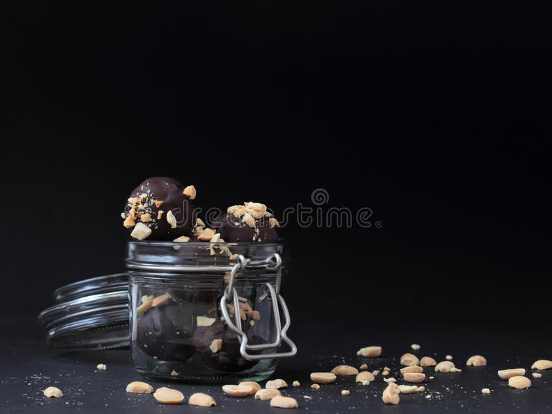Veganistchocolade op zwarte achtergrond royalty-vrije stock afbeeldingen