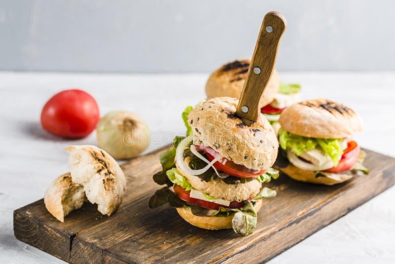 Veganisthamburger met tofu kaas en paddestoelen stock afbeeldingen