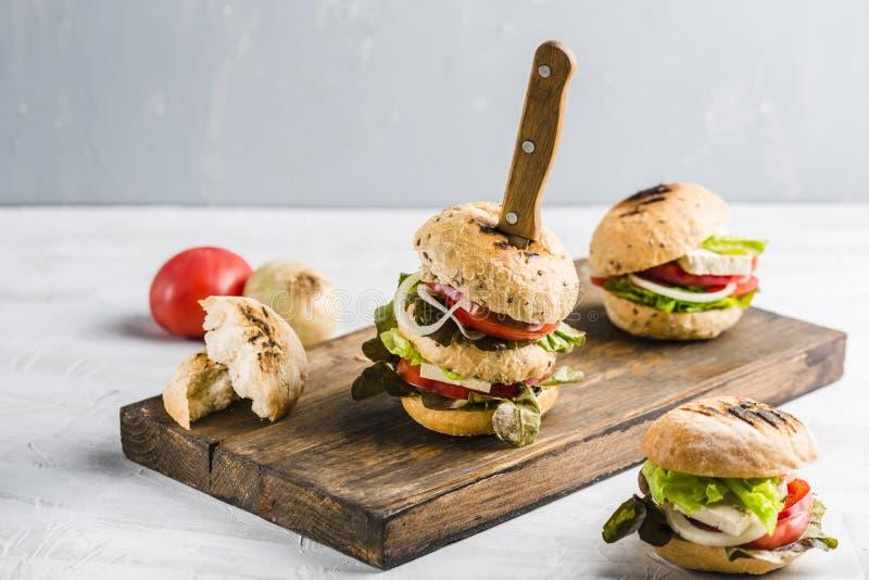 Veganisthamburger met tofu kaas en paddestoelen royalty-vrije stock afbeeldingen