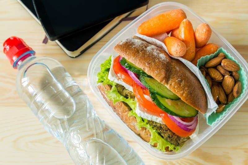 Veganistsandwich in lunchdoos met wortelen en noten royalty-vrije stock foto's