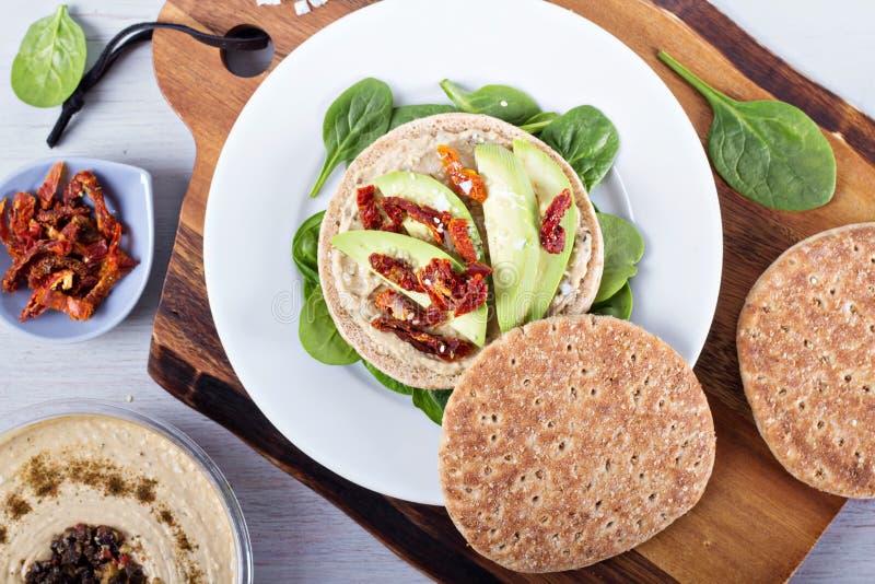 Veganistsandwich met hummus, avocado en tomaten stock fotografie
