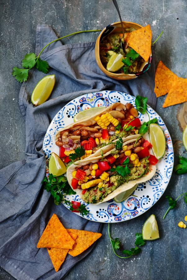 Veganisttaco's met Guacamole en Bonen Tex-Mex stock foto
