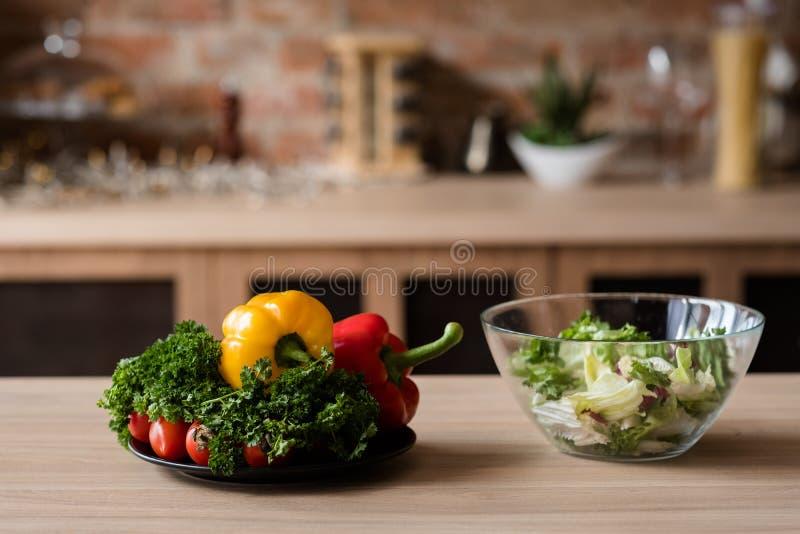 Vegano che mangia le verdure di insalata sane dell'alimento biologico fotografia stock