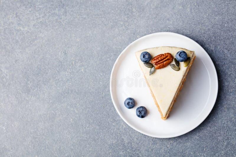 Vegano, torta de zanahoria cruda Alimento sano Espacio de piedra gris de la copia de la opinión superior del fondo fotos de archivo libres de regalías