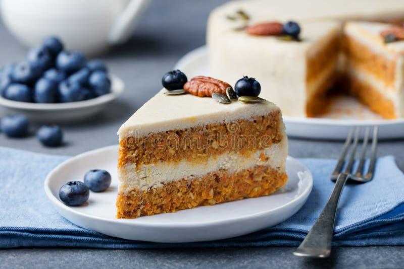 Vegano, torta de zanahoria cruda Alimento sano Espacio de piedra gris de la copia de la opinión superior del fondo Foco selectivo imagenes de archivo