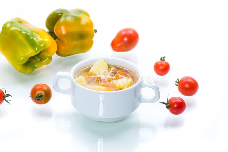 Vegetabilisk soppa med nudlar, tomater, paprika och andra grönsaker i en platta royaltyfria bilder