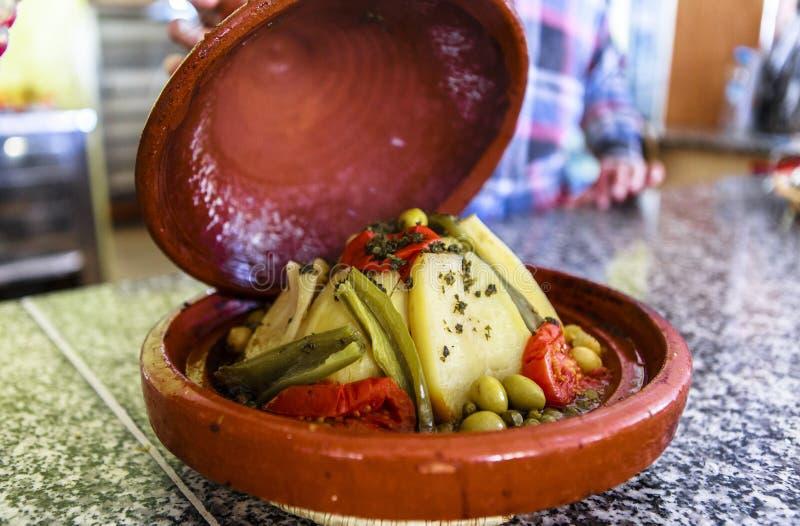 Vegetable блюдо tajine в Марокко стоковая фотография rf