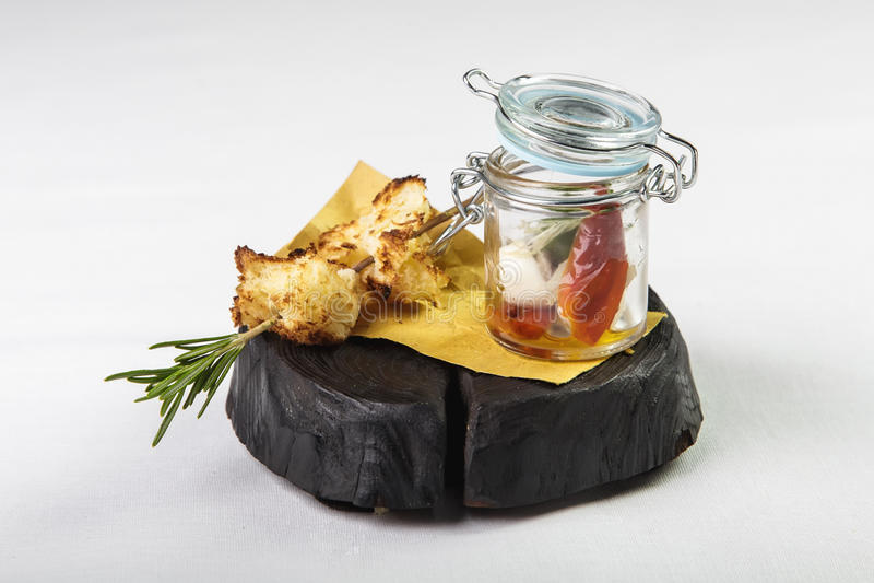 Vegetable закуска в банке с зажаренным хлебом на ветви rosema стоковое фото
