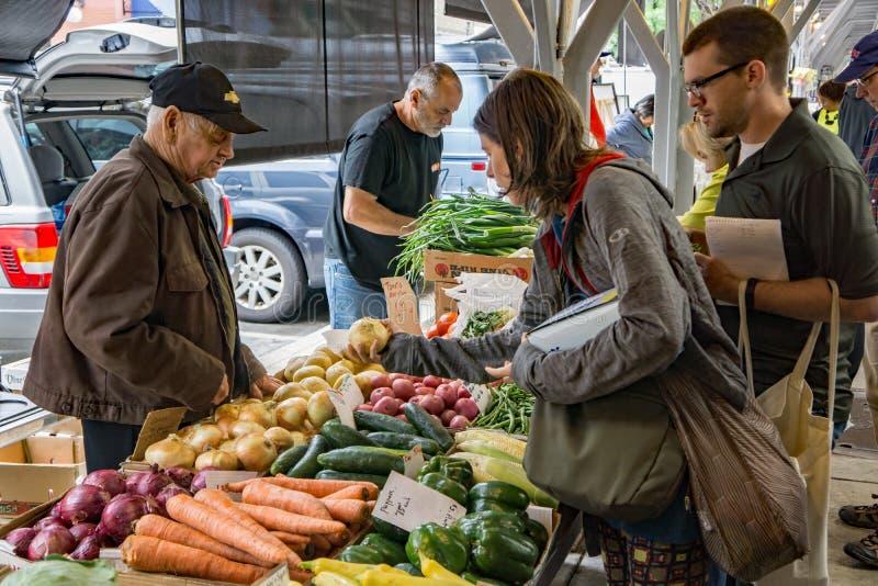 Vegetable поставщик на рынке города Roanoke стоковые фотографии rf