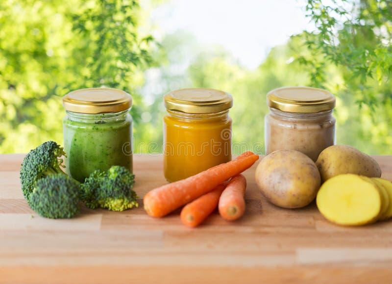 Vegetable пюре или детское питание в стеклянных опарниках стоковые изображения