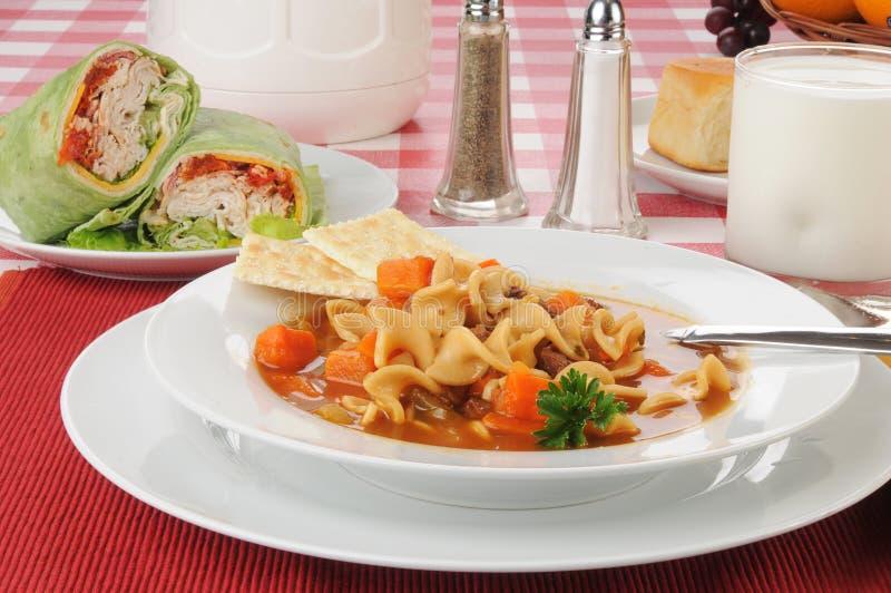 Vegetable суп говядины с обручами цыпленка стоковая фотография rf