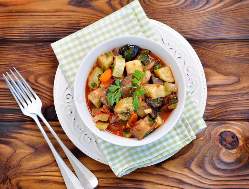 Vegetable тушёное мясо баклажана, цукини, луков, морковей, томатов, чеснока и петрушки стоковые фотографии rf