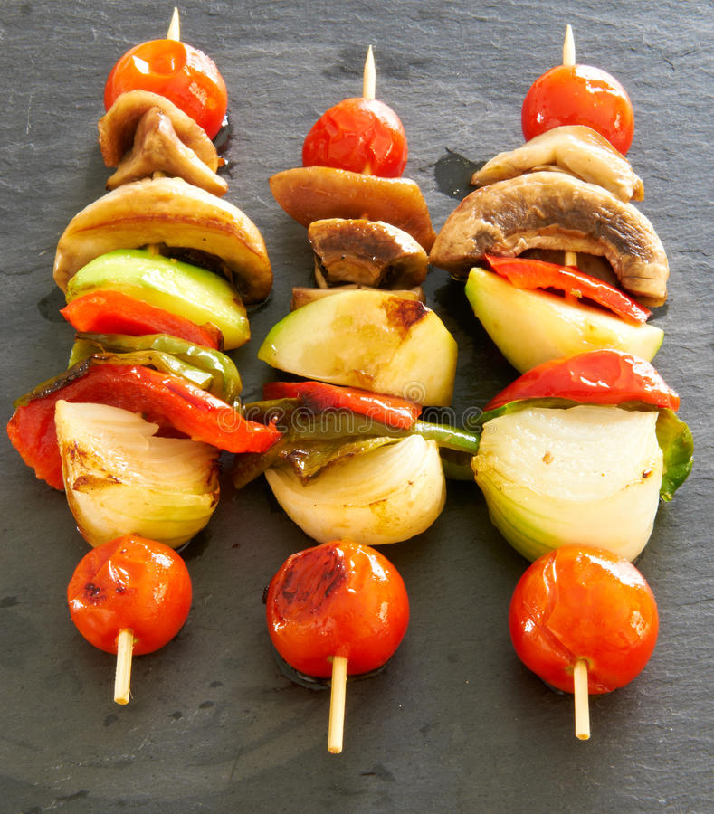 Vegetable brochettes на черном подносе шифера стоковое изображение rf
