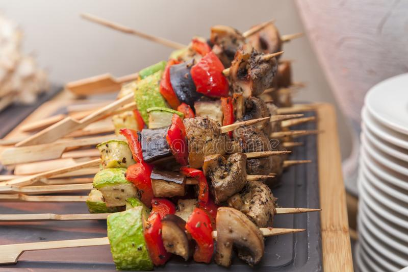 Vegetable kebabs с перцами, грибами, zucchin стоковая фотография rf