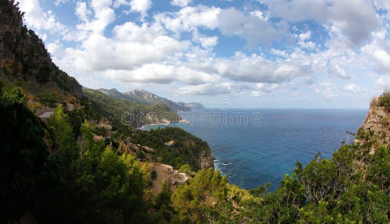Vegetación mediterránea y acantilados lisos en la costa del noroeste de la isla española de Mallorca fotos de archivo