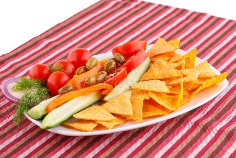 Vegetais, azeitonas, nachos na placa imagens de stock royalty free