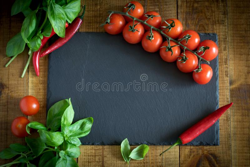 Vegetais bonitos em uma tabela de madeira fotos de stock royalty free