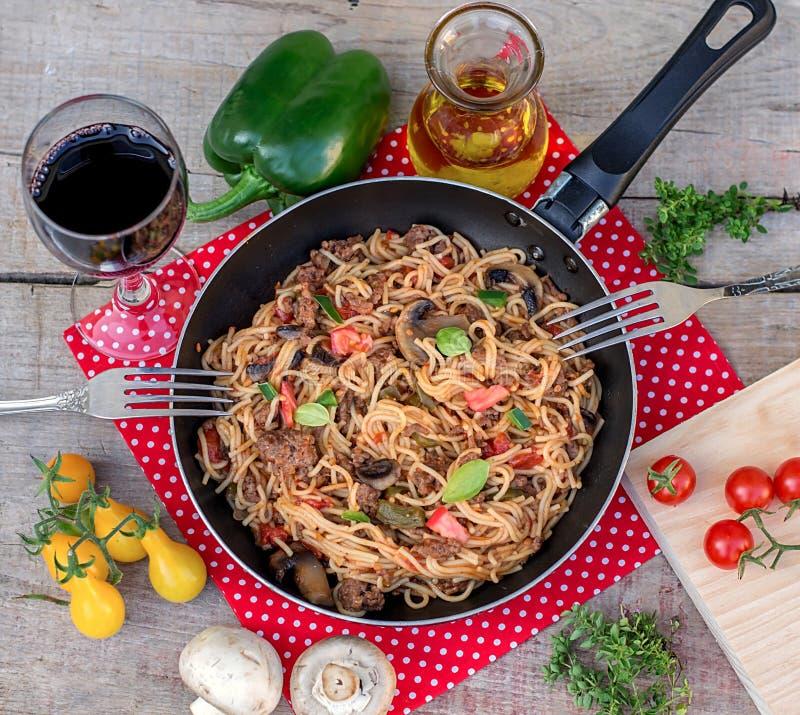 Vegetais, carne e frigideira dos macarronetes com cogumelos imagens de stock
