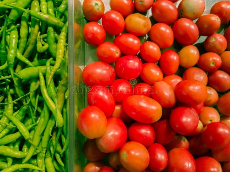Vegetais classificados, pimentões e fundo natural dos tomates fotos de stock