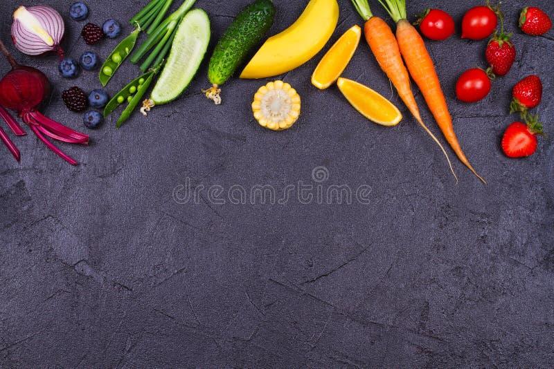 Vegetais coloridos, frutos e bagas - alimento saudável, dieta, desintoxicação, comer limpo ou conceito do vegetariano imagem de stock