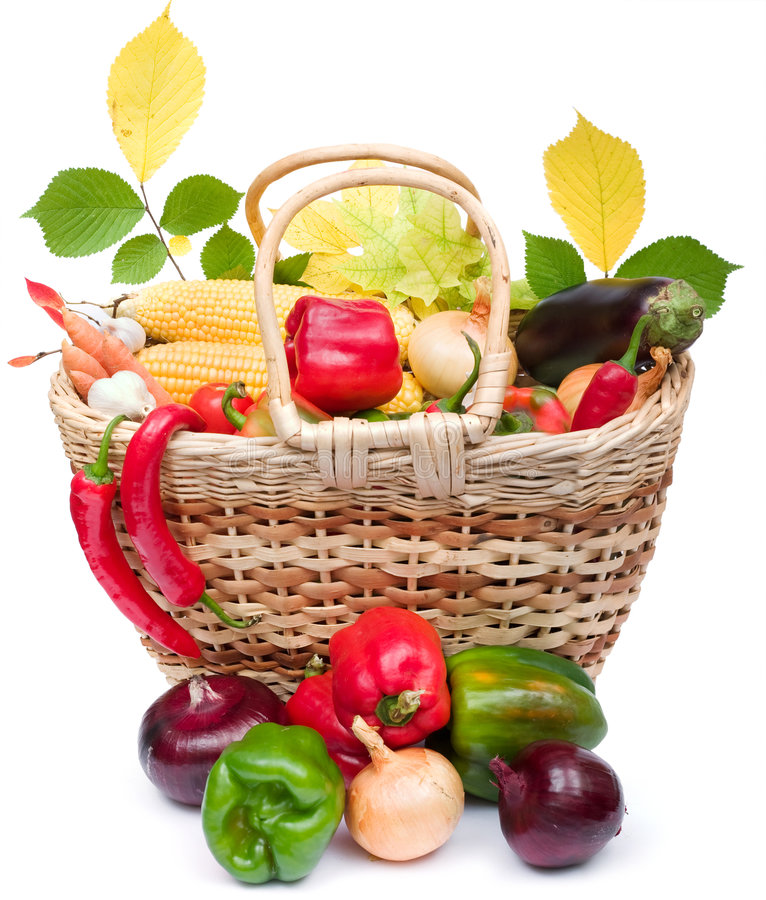 Vegetais coloridos na cesta imagens de stock