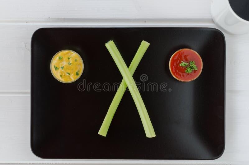 Vegetais com dois mergulhos na placa preta fotografia de stock