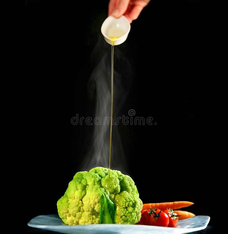 Vegetais com limpeza do petróleo verde-oliva imagem de stock