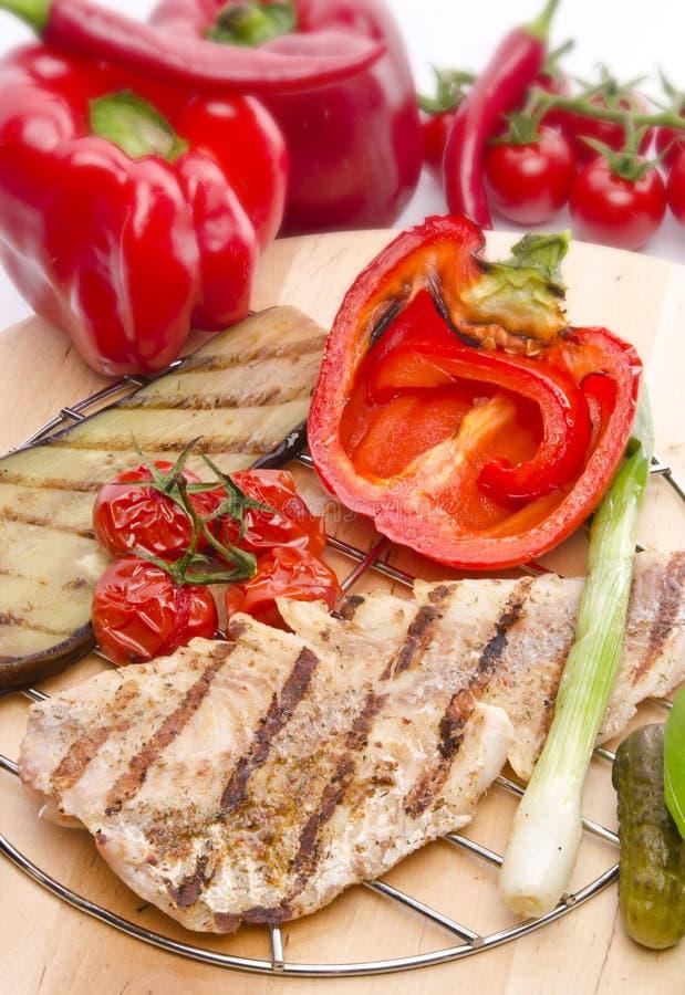 Vegetais com salmões grelhados imagem de stock