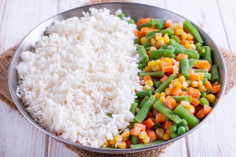 Vegetais congelados caseiros com arroz foto de stock royalty free