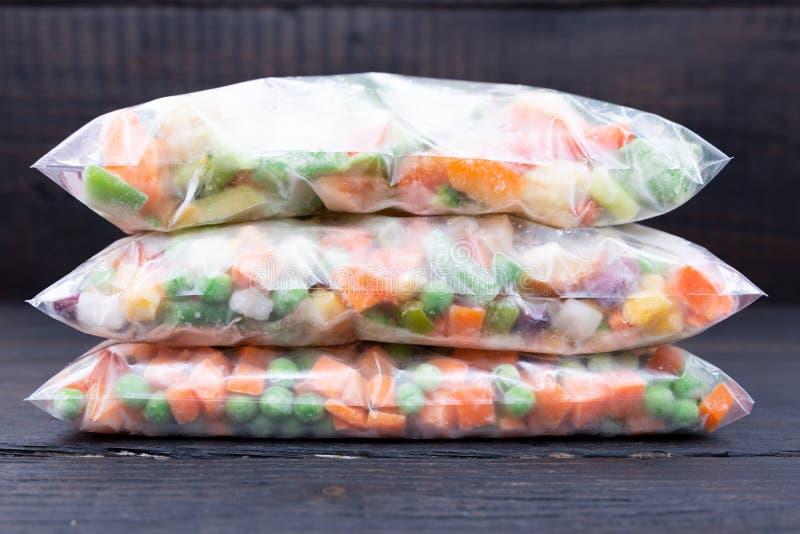 Vegetais congelados em um saco de plástico Conceito saudável do armazenamento do alimento fotografia de stock royalty free