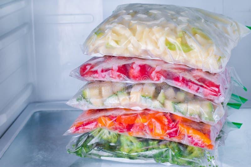 Vegetais congelados nos sacos no refrigerador fotos de stock royalty free