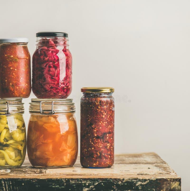 Vegetais conservados do outono ou fermentados sazonais em uns frascos Colocação em latas Home fotos de stock royalty free