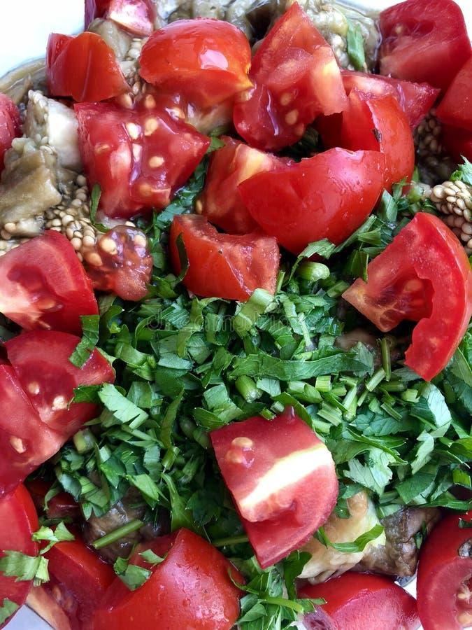 Vegetais cortados: beringelas cozidas, tomates frescos, salsa fotografia de stock royalty free