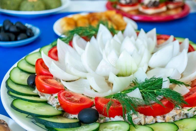 Vegetais cortados para uma salada Fim acima Pimenta de Bell, cebola, verdes frondosos, azeitonas, tomate e pepinos cutted nas par fotografia de stock royalty free