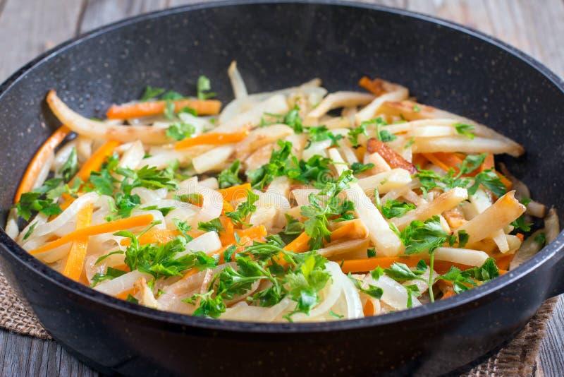 Vegetais cozidos em uma frigideira com verdes imagens de stock