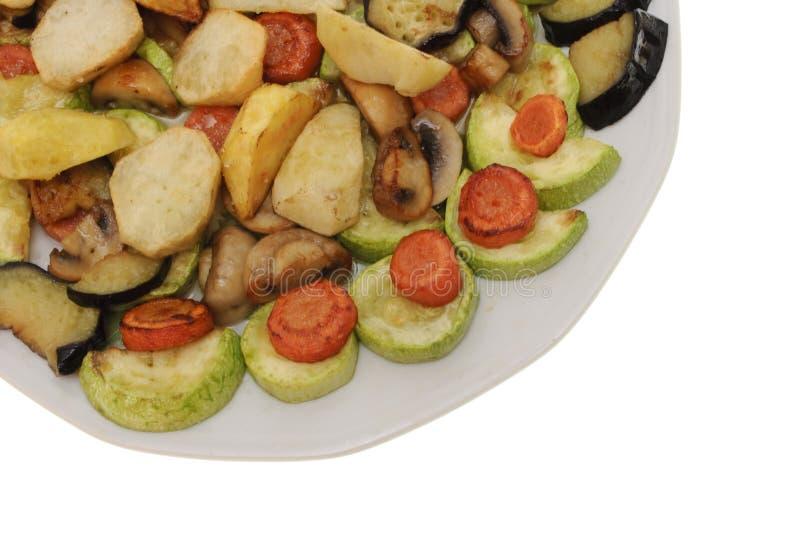 Vegetais cozidos na placa isolada foto de stock