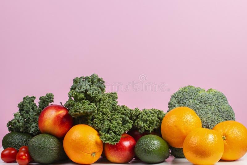 Vegetais crus e frutos frescos Fundo saudável comer com laranja, maçãs, couve, brócolis, laranja, tomate, abacates imagem de stock